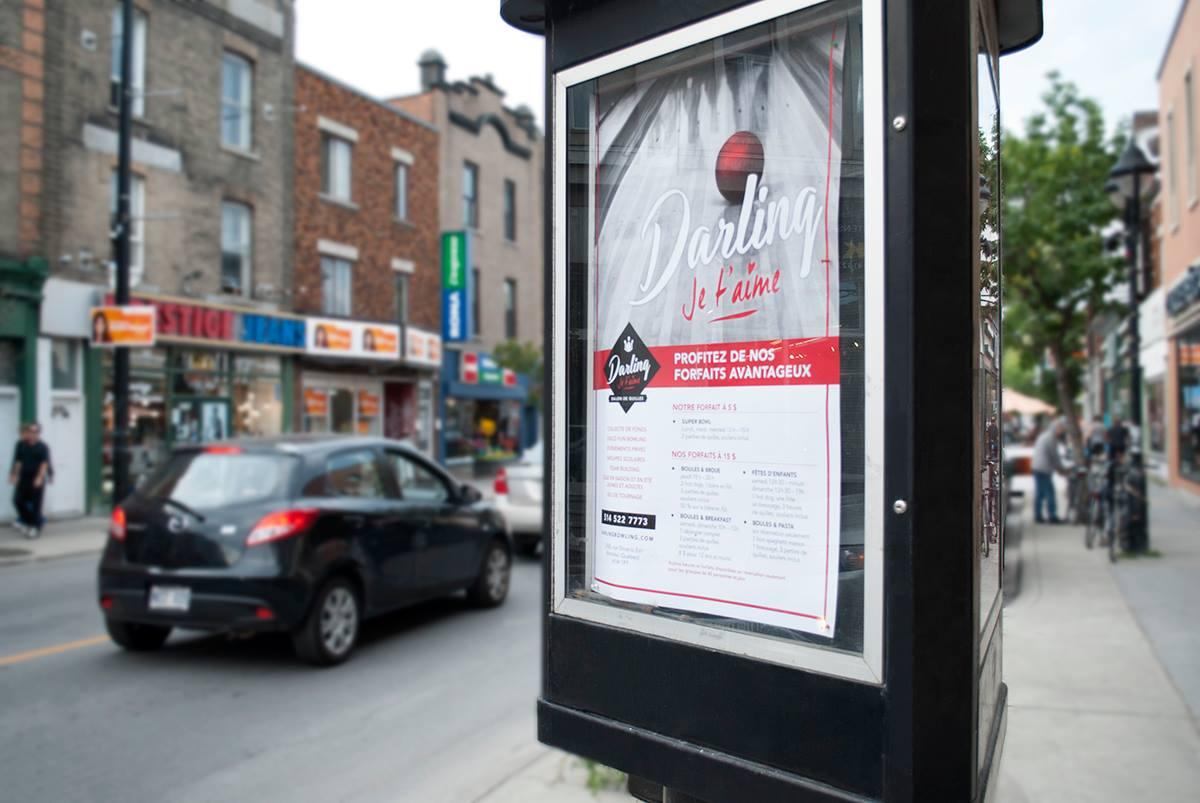 Affiche Darling dans une colonne Morris, sur la rue Ontario à Montréal